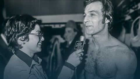 Marcelle St-Cyr interviewe Guy Lafleur, qui est torse nu.