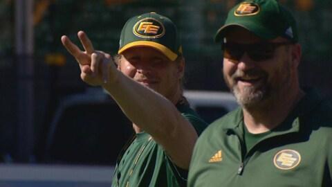 Mathieu Bertrand fait le « V » de la victoire avec ses doigts, sous l'œil amusé de Tim Prinsen, lors d'un entraînement des Eskimos.