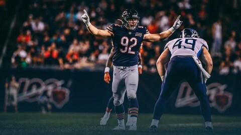 Mathieu Betts lève les bras pendant un match préparatoire des Bears de Chicago contre les Titans du Tennessee.