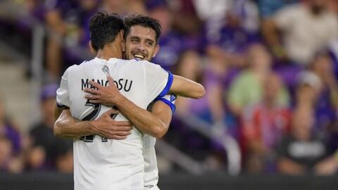 Matteo Mancosu et Alejandro Silva célèbrent un but à Orlando.