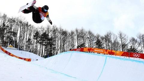 Mercedes Nicoll en pleine action aux qualifications de la demi-lune en surf des neiges demi-lune aux Jeux olympiques de Pyeongchang