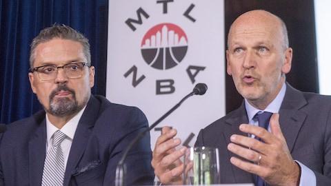 Les hommes d'affaires Michael Fortier et Kevin Gilmore en conférence de presse