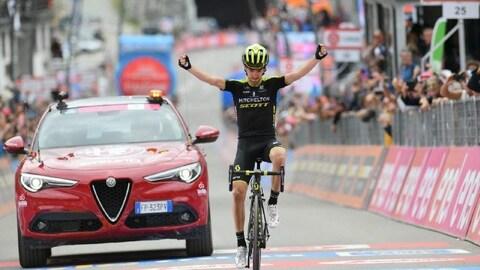 Le cycliste espagnol Mikel Nieve lève les bras en franchissant le fil d'arrivée sur son vélo lors de la 20e étape du Tour d'Italie.