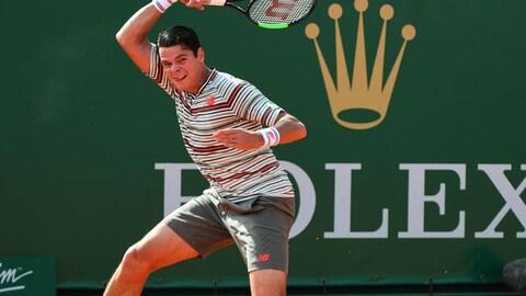 Milos Raonic renvoie la balle d'un coup droit au Masters de Monte-Carlo