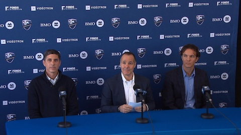 Nevio Pizzolitto (gauche), Joey Saputo (centre) et Gabriel Gervais (droite)