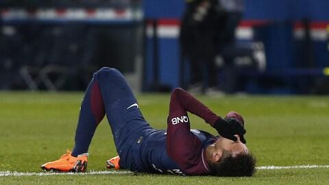 Le Brésilien est étendu au sol après s'être foulé la cheville au Parc des Princes, le 25 février dernier.