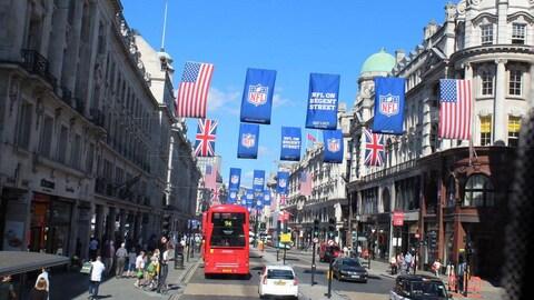 Une rue de Londres décorée de drapeaux britanniques, américains et de la NFL.