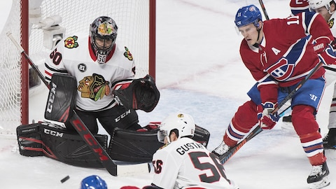 Brendan Gallagher attend une passe devant le gardien des Blackhawks, Corey Crawford.