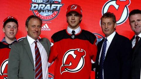 Nico Hischier encadré de représentants des Devils du New Jersey
