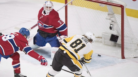 Phil Kessel compte un but contre Antti Niemi.