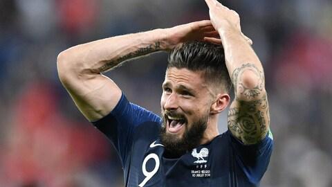 L'attaquant Olivier Giroud, membre de l'équipe de France à la Coupe du monde 2018. On aperçoit très bien ses tatouages sur ses bras.