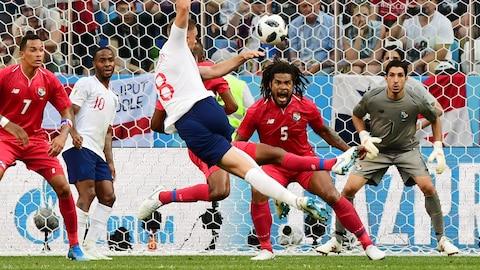Roman Torres réagit alors que Jordan Henderson tire vers le filet du Panama. L'Angleterre a remporté le match 6-1.