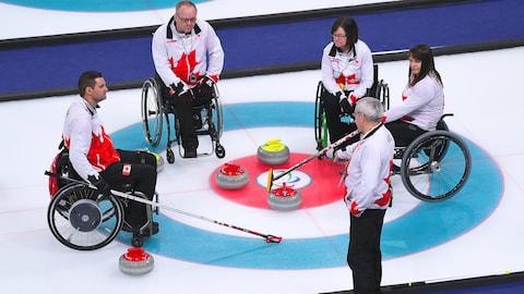 L'équipe canadienne de curling en fauteuil roulant lors d'un arrêt de jeu