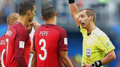Pepe discute avec l'arbitre Mark Geiger.