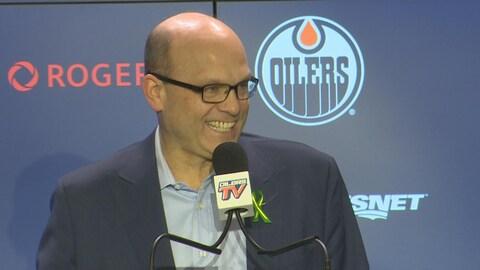 Peter Chiarelli sourit lors de sa rencontre avec les médias pour dresser le bilan de la saison des Oilers.