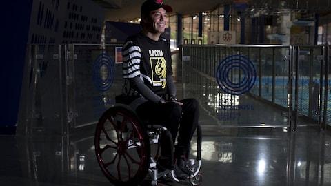Marco Dispaltro sourit, assis dans son fauteuil roulant.