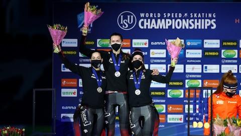 Ivanie Blondin, Isabelle Weidemann et Valérie Maltais sur le podium aux Championnats du monde de patinage de vitesse sur longue piste