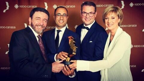 Guy D'Aoust, Alexis de Lancer, Martin Labrosse et Marie-José Turcotte avec leur prix Gémeaux