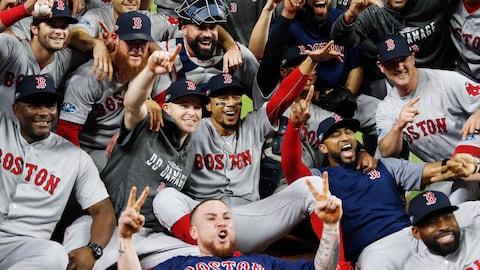 Les Red Sox de Boston célèbrent leur victoire dans la série de championnat de l'Américaine contre les Astros de Houston.