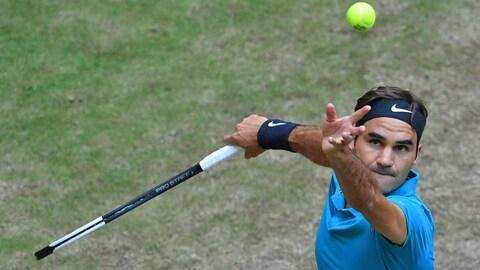 Roger Federer au service durant le tournoi de Halle