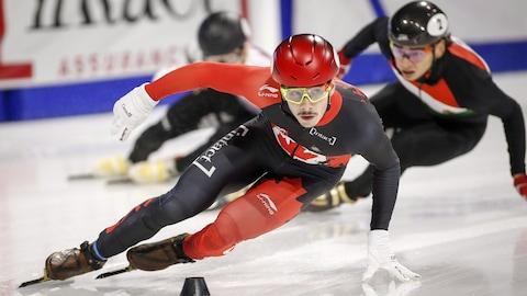 Le Canadien Samuel Girard devance le Hongrois Shaolin Sandor Liu lors du relais de la Coupe du monde de Calgary