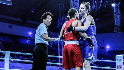 L'Ontarienne Sara Haghighat-Joo fait une accolade à son adversaire, l'Italienne Roberta Mostarda, après avoir remporté le combat.