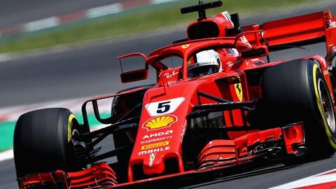 Sebastian Vettel roule en Espagne avec les nouveaux rétroviseurs de la Ferrari, accrochés au Halo.