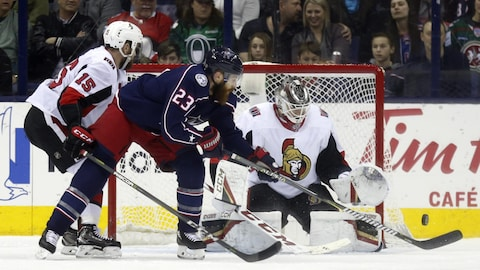 Ian Cole tente un tir contre Mike Condon.