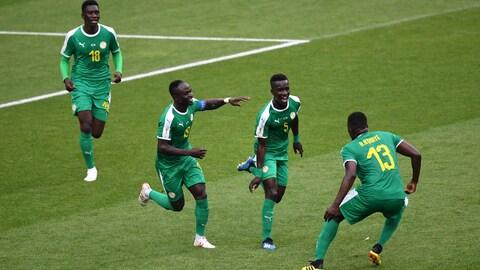Les Sénégalais célèbrent leur but en première mi-temps.