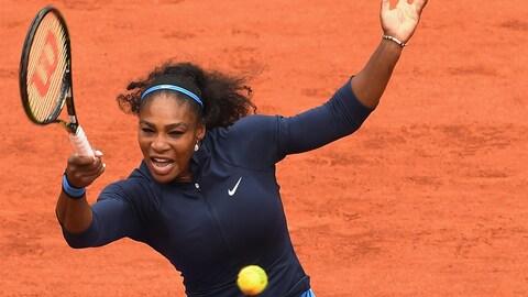 Serena Williams frappe un coup droit lors des Internationaux de France en 2016