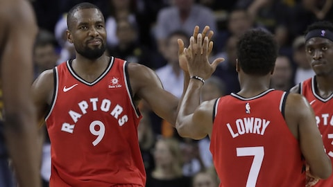 Serge Ibaka et Kyle Lowry se félicitent de leur performance face aux Warriors de Golden State