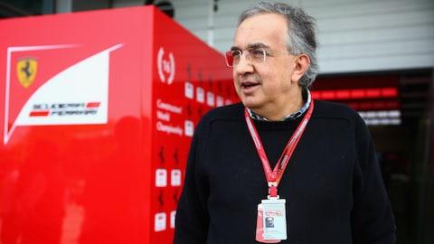 Sergio Marchionne devant le garage de l'équipe Ferrari en 2016