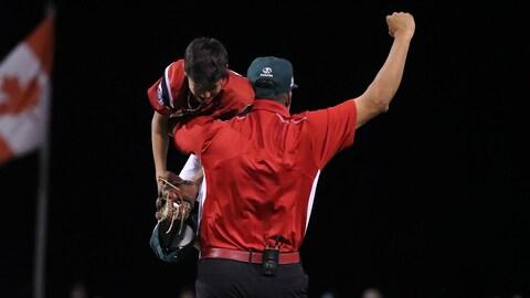 Le lanceur Nate Colina dans les bras de son entraîneur.