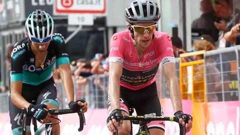 Simon Yates vacille, mais garde le maillot rose au Tour d'Italie