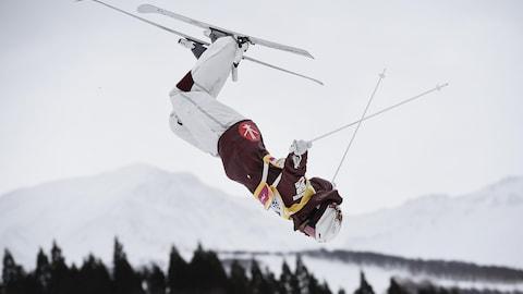 Le Canadien Mikaël Kingsbury réalise un saut à la Coupe du monde de ski acrobatique de Tazawako, au Japon.