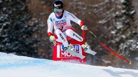 La Suisse Lara Gut dévale la piste de Cortina d'Ampezzo, en Italie, lors du super-G de la Coupe du monde de la FIS.