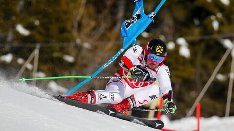 L'Autrichien Marcel Hirscher dévale la piste d'Äre, en Suède, lors du slalom géant de la Coupe du monde de ski alpin de la FIS.