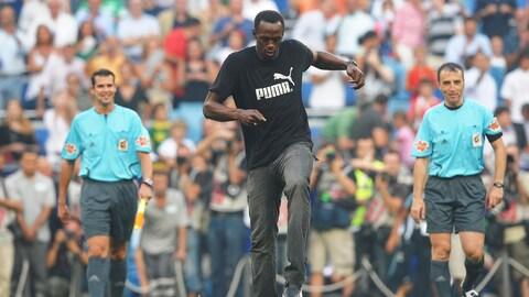Le sprinteur jamaïcain Usain Bolt réalise le coup d'envoi du match entre le Real Madrid et le Deportivo La Corogne en 2009.