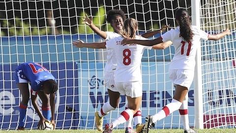 L'équipe canadienne féminine de soccer U-20 célèbre un but.