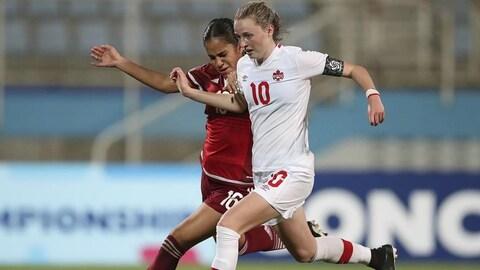 La Canadienne Gabrielle Carle lutte avec la Mexicaine Maricarmen Reyes Zarate pour le ballon.