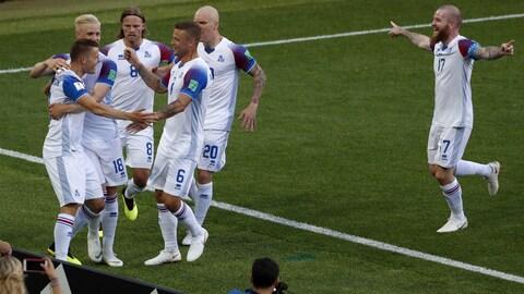 L'Islandais Alfred Finnbogason (à gauche) célèbre son but contre l'Argentine.