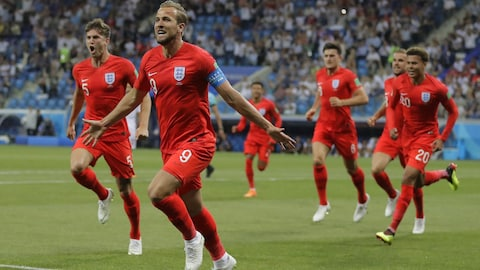 L'Anglais Harry Kane (à l'avant) célèbre son premier but contre la Tunisie à la Coupe du monde de 2018..