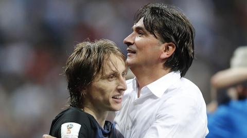 Le milieu de terrain Luka Modric (à gauche) et le sélectionneur Zlatko Dalic célèbrent la victoire de la Croatie contre l'Angleterre en demi-finale de la Coupe du monde.