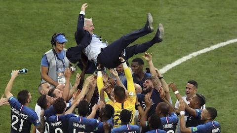 Les joueurs français portent leur sélectionneur Didier Deschamps après la victoire de leur pays en finale de la Coupe du monde.