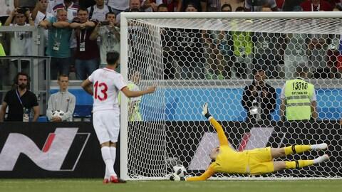 Le Tunisien Ferjani Sassi (à gauche) marque un but sur un tir de pénalité contre l'Angleterre.