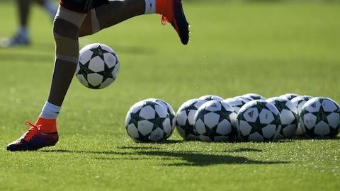 Des ballons de soccer.