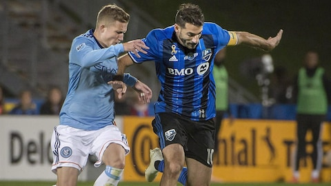 Ignacio Piatti (à droite), de l'Impact de Montréal, tente de se défaire de la couverture d'Alexander Ring, du New York City FC.