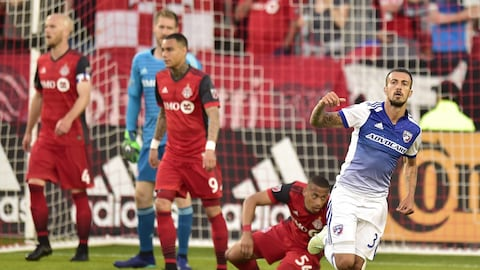 L'attaquant du FC Dallas Maxi Urruti célèbre son but contre le Toronto FC.