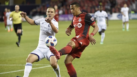 Will Johnson (à gauche), d'Orlando City, et Ryan Telfer, du Toronto FC, se disputent le ballon.