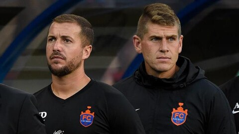 Yoann Damet et Jack Stern pendant l'hymne national avant un match du FC Cincinnati